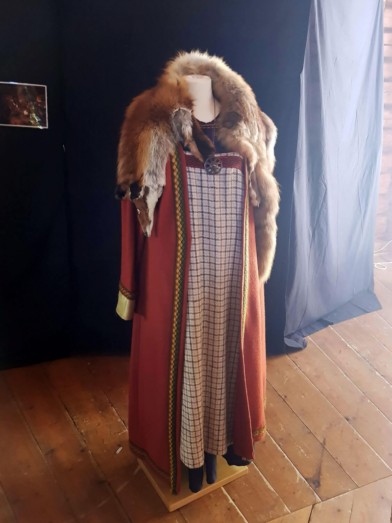 Medieval dress with fox pelt stoal